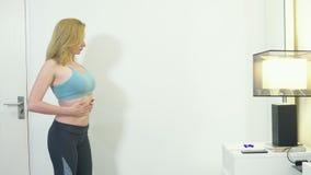 Pojęcie nadmierny ciężar i ciężar strata Kobieta patrzeje ją w lustrze w sypialni w sportswear zbiory