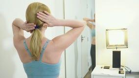 Pojęcie nadmierny ciężar i ciężar strata Kobieta patrzeje ją w lustrze w sypialni w sportswear zdjęcie wideo