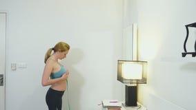 Pojęcie nadwagi i ciężaru strata Kobieta ono mierzy z pomiarową taśmą w sypialni patrzeć zbiory