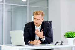 Pojęcie niepowodzenie, porażka, kryzys biznes mężczyzna siedzi Fotografia Stock