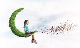 Pojęcie niestaranny szczęśliwy dzieciństwo z dziewczyną na zielonej księżyc Obrazy Stock