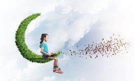 Pojęcie niestaranny szczęśliwy dzieciństwo z dziewczyną na zielonej księżyc Zdjęcia Royalty Free