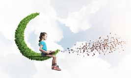 Pojęcie niestaranny szczęśliwy dzieciństwo z dziewczyną na zielonej księżyc Fotografia Royalty Free