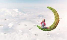Pojęcie niestaranny szczęśliwy dzieciństwo z dziewczyną na zielonej księżyc Zdjęcie Royalty Free