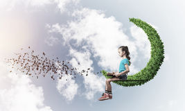 Pojęcie niestaranny szczęśliwy dzieciństwo z dziewczyną na zielonej księżyc Obraz Royalty Free