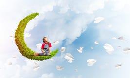 Pojęcie niestaranny szczęśliwy dzieciństwo z dziewczyną na zielonej księżyc Obraz Stock