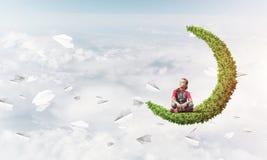 Pojęcie niestaranny szczęśliwy dzieciństwo z dziewczyną na zielonej księżyc Obrazy Royalty Free