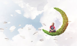 Pojęcie niestaranny szczęśliwy dzieciństwo z dziewczyną na zielonej księżyc Fotografia Stock