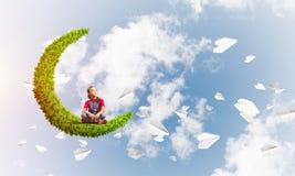 Pojęcie niestaranny szczęśliwy dzieciństwo z dziewczyną na zielonej księżyc Zdjęcia Stock