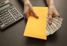 Poj?cie odbiorcza pensja w kopercie ? obrazy stock