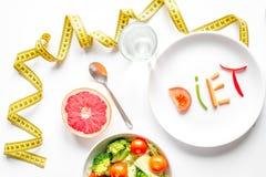 Pojęcie odchudzającej diety świezi warzywa na białego tła odgórnym widoku zdjęcie stock