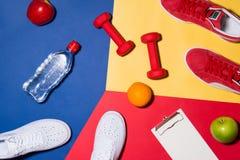 pojęcie odizolowywający sporta biel wyposażenia sprawności fizycznej wioska umieszczająca wioska Sneakers, woda, jabłko, dumbbe Obraz Stock