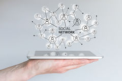 Pojęcie ogólnospołeczna sieć łączyć przyjaciół, rodzin i globalnej siły roboczej, Ręki mienia pastylka lub mądrze telefon ilustracja wektor