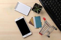 Pojęcie online zakupy Skład z rabat kartami, zakupy telefon na tle ta i tramwaj i zdjęcie stock
