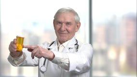 Pojęcie opieka zdrowotna, senior lekarka przepisuje pigułki wewnątrz może zbiory