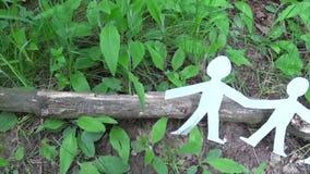 Pojęcie osoba i środowisko Istot ludzkich postacie robić papier na trawie Panoramy zwolnionego tempa kamera od zaludnia zbiory wideo