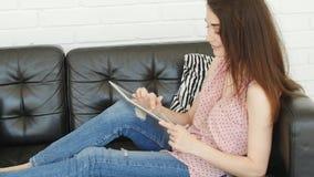 Pojęcie osobiści gadżety Młoda kobieta trzyma pastylkę w domu zbiory wideo