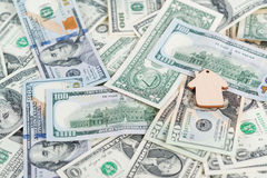 Pojęcie pieniężni savings kupować dom Mini modela domu lying on the beach na dolarów banknotach Fotografia Royalty Free