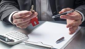 Pojęcie pośrednika handlu nieruchomościami agent lub pośrednik handlu nieruchomościami nieruchomości zarządzanie Zdjęcie Royalty Free