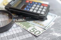 Pojęcie pożyczanie Pieniądze, kalkulator, magnifier Obraz Royalty Free