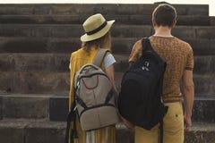 Pojęcie podróżuje wpólnie, miesiąc miodowy, podróżomanii Elegancka para w miłości z plecakami na ramionach widok z powrotem fotografia royalty free
