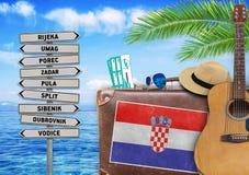 Pojęcie podróżuje z starą walizką i Chorwacja lato zdjęcie royalty free