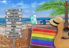 Pojęcie podróżuje z starą walizką lato i LGBT zaznaczamy fotografia royalty free