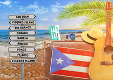 Pojęcie podróżuje z starą walizką lato i Puerto Rico miasteczko podpisujemy Zdjęcie Stock