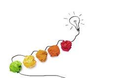 Pojęcie pomysł z kolorowym papierem i grafiką żarówki isola zdjęcie stock