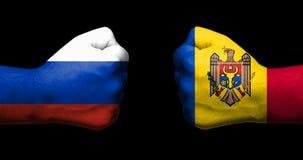 Pojęcie powiązania/konflikt między Moldova i Rosja symbolizującymi dwa przeciwstawiać zaciskać pięściami zdjęcie stock
