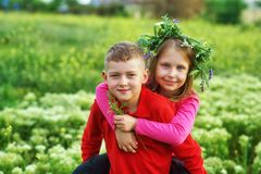 Pojęcie przyjaźń, chłopiec i dziewczyna na spacerze dzieci, obraz royalty free