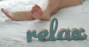 pojęcie relaksuje Kobieta iść na piechotę lying on the beach na łóżku zbiory