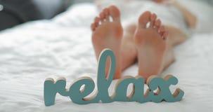 pojęcie relaksuje Kobieta iść na piechotę lying on the beach na łóżku zdjęcie wideo