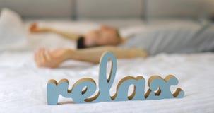 pojęcie relaksuje Obsługuje spadać w łóżko zbiory wideo