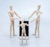 Pojęcie rodzina Mobil, telefon komórkowy teraźniejszy mężczyzna Drewnianą postacią, Fotografia Stock