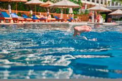Pojęcie rozrywka w basenie Dziecko nurkował w basen Wtykający out wodę pięta humor zdjęcia royalty free