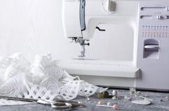 Pojęcie rozwija mody kolekcja Szwalna maszyna na udziale szyć narzędzia i stole obraz stock