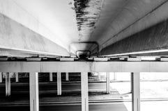 Pojęcie samotność i depresja, niewiadomy osamotniony facet w kapiszonie stoi pod mostem zdjęcie stock