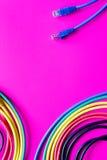 Pojęcie sieci interneta kabel na różowym tła zakończeniu up Obrazy Stock