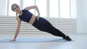 Pojęcie sport i domowa sprawność fizyczna Młoda kobieta robi sprawności fizycznej ćwiczy w białym wnętrzu zdjęcie wideo