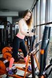 Pojęcie sport i zdrowy styl życia Silny młody piękny w zdjęcia stock