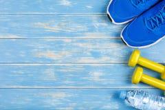 Pojęcie sprawność fizyczna i dieting plan na błękitnym drewnianym tle Obrazy Stock
