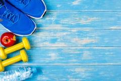 Pojęcie sprawność fizyczna i dieting plan na błękitnym drewnianym tle Zdjęcie Stock