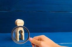 Pojęcie strata dziecko, aborcja brzemienność, pomyłka Nieurodzajność w kobietach Powiększać - szkło jest przyglądający zalecający fotografia stock