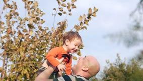 Pojęcie szczęśliwa rodzina Ojcuje rzucać jego uroczego syna w powietrzu zdjęcie wideo