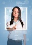 Pojęcie technologia Piękna brunetka wskazuje palec na wirtualnej siatce Obrazy Royalty Free