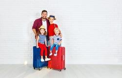 Pojęcie turystyka i podróż szczęśliwa rodzina z walizkami zbliża w Fotografia Stock