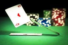 Pojęcie uprawiać hazard, rozpraszać karty na zielonych sukniach na tle układy scaleni obraz stock