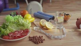 Pojęcie właściwy odżywianie na stole, jest dumbbells taśmy warzyw pomiarowymi owoc i dokrętkami zdjęcie wideo