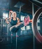 Pojęcie: władza, siła, zdrowy styl życia, sport Potężna atrakcyjna mięśniowa kobieta przy CrossFit gym fotografia royalty free